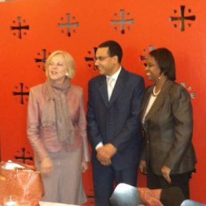 Με την Αμερικανίδα πρέσβη Laurie S Fulton στη Δανία και τον Reta Jo Lewis από το Γερμανικό Ταμείο Marshall των Ηνωμένων Πολιτειών.